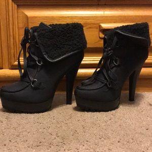 Black booties with fur
